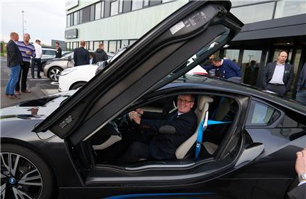 Vejle Kommunes Borgmester Arne Sigtenbjerggaard prøver BMWs nye elbil i8