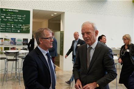 Vejle Kommunes Borgmenster Arne Sigtenbjerggaard i samtale med tidligere Novo Nordisk direktør Mads Øvlisen ved Green Networks 20 års jubilæum