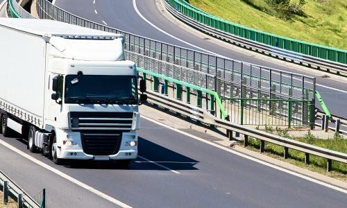 En hvid lastbil der kører på motorvejen ©RUI